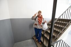 AM201902 vrouw in trappenhuis Alkmaar