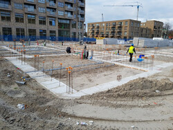 Bouwplaats corporatiewoningen met bouwvakkers Amsterdam West, augustus 2018 foto Elske Koopman
