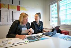 AM201902 twee dames op kantoor Alkmaar