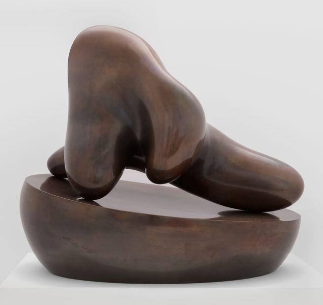 ARP J77009 Menschliche Konkretion auf ovaler Schale / Concrétion humaine sur une coupe (Human Concretion on Oval Bowl)